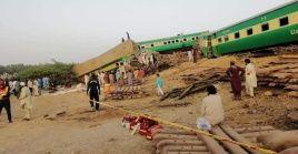 Al menos 10 personas murieron por la colisión entre un tren de pasajeros y uno de carga en Pakistán.