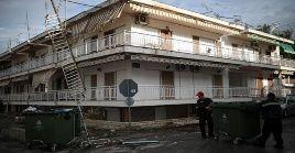 Equipos de limpieza recogen los escombros causado por los fuertes vientos y lluvias en el norte de Grecia.
