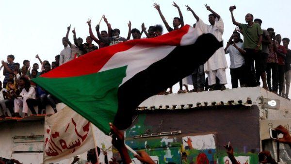 Militares y oposición de Sudán firman acuerdo para la transición
