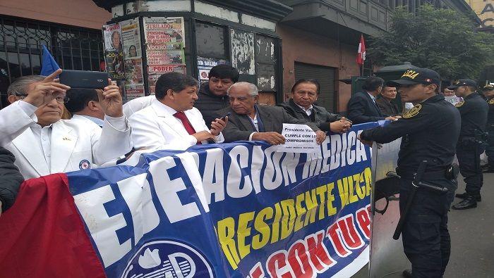 Médicos en Perú advierten con ir a huelga nacional indefinida   Noticias   teleSUR