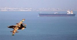 Recientemente las aguas del estrecho han sido escenario de sabotajes de origen desconocido contra embarcaciones petroleras.