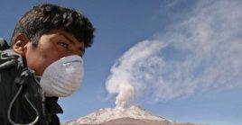 Un peruano usa una mascarilla para protegerse de los gases que emana el volcán Ubinas.
