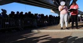 Cientos de migrantes se registran en un puesto migratorio de EE.UU. para poder acceder a territorio estadounidense,