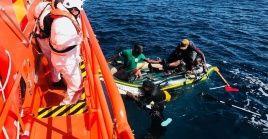 Las autoridades de Salvamento Marítimo recibieron avisos de avistamiento de embarcaciones precarias y acudieron a la zona posibilitando el rescate.