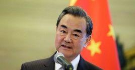 El canciller destacó la posición pacifista del Ejecutivo chino para solucionar el conflicto comercial con EE.UU.