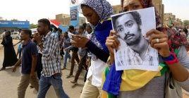 Los sudaneses han salido a las calles con banderas y fotografías de personas fallecidas en protestas desde diciembre pasado para exigir justicia.