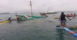 Los equipos de rescate permanecen en la búsqueda de las personas desaparecidas en los naufragios.