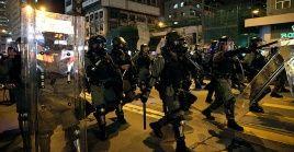 Agentes policiales de Hong Kong arremeten contra los manifestantes que participan en la nueva jornada de protesta.