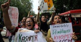 Estudiantes protestan en Nueva Delhi contra el retiro de la autonomía de Cachemira.