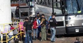 Los inmigrantes fueron cercados esta semana por alrededor de 600 efectivos y conducidos a la espera de la deportación o el permiso de residencia.