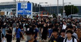 Fuentes policiales informaron sobre la presencia de más de 5.000 participantes de la protesta en el interior de las instalaciones delaeropuerto.