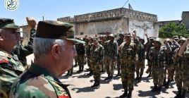 El ministro de Defensa de Siria, general Ali Abdullah Ayyoub, visita a soldados del ejército en la provincia de Idlib.