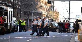 Policías mantienen cercada el área del ataque en busca de pruebas contra el sospechoso.