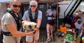El actor Richard Gere ayuda a transportar suministros a bordo del barco de rescate Open Arms.