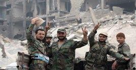 Militares sirios celebran la liberación de la ciudad de Jan Sheijun.