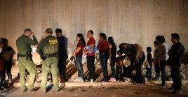Familias migrantes se entregan a la Patrulla Fronteriza de EE.UU. para buscar asilo luego de cruzar el río Bravo.