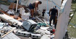 Residentes observan los escombros después de que el huracán Dorian azotara la Isla Gran Bahama.