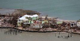 Equipos de rescate buscan cuerpos de personas fallecidas en Las Bahamas por el paso del huracán Dorian.
