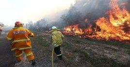 Bomberos combaten los incendios en el estado de Queensland.