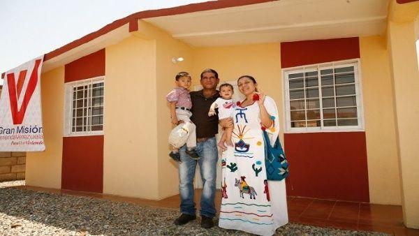 Presidente de Venezuela entrega vivienda 2.800.000 a familia   Noticias    teleSUR