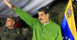 El presidente Nicolás Maduro maduro saluda a los militares que defienden la frontera venezolana con Colombia.
