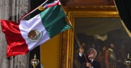 El presidente mexicano ondea la bandera nacional luego de dar el tradicional Grito de Independencia.