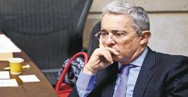 El senador cumplió el primer día de indagatoria en siete horas, los próximos dos días deberá responder a más de 100 preguntas formuladas por la justicia colombiana.