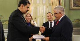El presidente venezolano recibió las cartas credenciales del nuevo embajador cubano.
