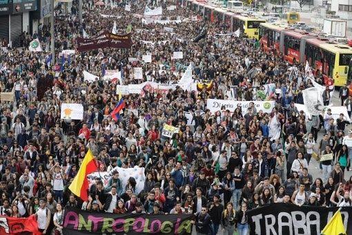 Estudiantes protestan en Colombia por falta de recursos