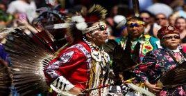 Tras el genocidio indígena perpetrado por Cristóbal Colón y sus tripulaciones, aún en la actualidad los grupos indígenas batallan por no perecer ni ceder a sus derechos.