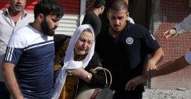 Una mujer es sacada de un edificio después de ser alcanzada por proyectiles en la ciudad turca de Akcakale, en la frontera con Siria.
