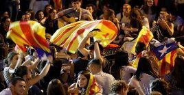 Miles de catalanes toman las calles de Barcelona en apoyo a la huelga general.