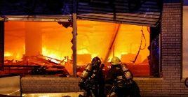 La hipótesis que se tiene de momento es que el fuego se inició después de que sujetos intentaran robar un cajero que se encontraba en el establecimiento.