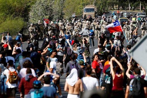 Autoridades militares extienden toque de queda por tercer día en la capital chilena