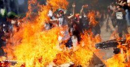 Manifestantes levantan una barricada en Santiago, en el marco de las protestas en Chile.
