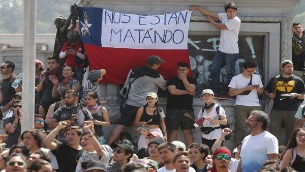 El pueblo de Chile se mantiene en las calles pese al toque de queda decretado por el presidente chileno Sebastián Piñera.