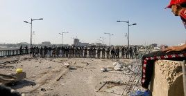 Policías iraquíes impiden protesta antigubernamental en Bagdad.