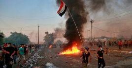 Los manifestantes ondearon banderas iraquíes y corearon lemas en contra de la corrupción en el país.