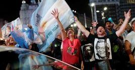 Partidarios del Frente de Todos celebran la victoria electoral de Alberto Fernández la noche del domingo en Buenos Aires.