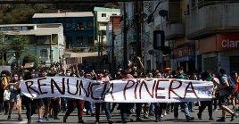 Manifestantes exigen la renuncia del presidente Piñera
