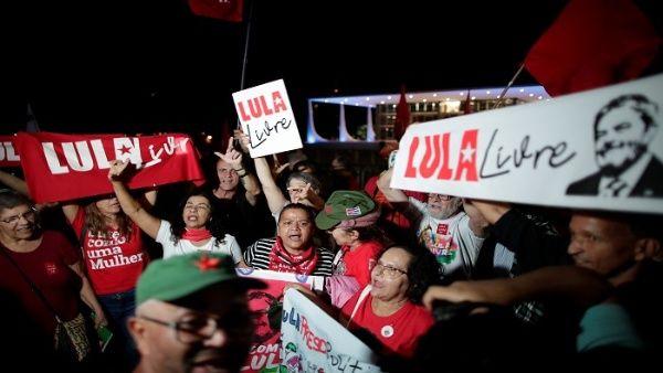 La votación causó festejos en la vigilia Lula Livre, en el Barrio Santa Barbara, de Curitiba, donde miles de personas acampan para reclamar la liberación del dirigente.