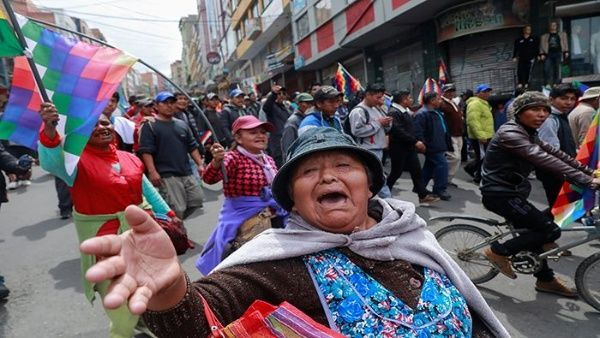 Miles de bolivianos protestan contra el golpe de Estado a Evo Morales.
