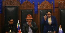 La presidenta del Senado, Eva Copa, el vicepresidente, Pedro Gómez, y la segunda presidenta, Carmen González, en sesión este jueves en La Paz.