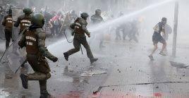 La Policía de Carabineros choca con manifestantes durante una protesta contra el Gobierno en Santiago de Chile.