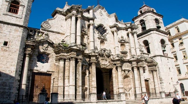 La Catedral de la Arquidiócesis de La Habana es un templo católico de estilo barroco construido en el siglo XVIII; la UNESCO lo declaró Patrimonio de la Humanidad en el año 1982. Resulta un sitio muy concurrido por turistas por la belleza de su arquitectura y altares.