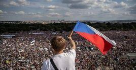 Los checos se concentraron en el céntrico parque letna, donde también pidieron la renuncia de la titular de Justicia.