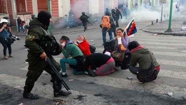 Les Boliviens restent mobilisés dans les rues pour rejeter le coup d'État et soutenir Evo Morales.