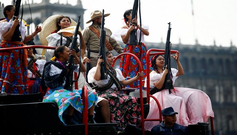 Encabezaron el desfile los personajes precursores de la Revolución, junto a otros bloques como el villista, el zapatista, uno constitucionalista, entre otros,