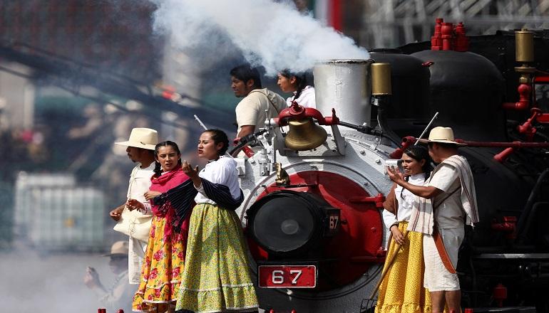 El desfile tuvo dos ejes: Los trenes y los caballos, pues pasaron 2.700 equinos de contigentes civiles y militares.
