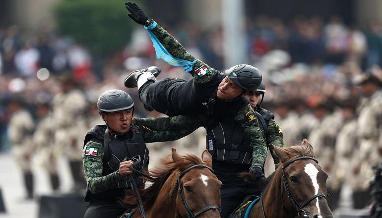 Cerca de mil elementos de la caballería del Ejército Méxicano realizaron un espectáculo de acrobacias ecuestres como parte de las actividades programadas.